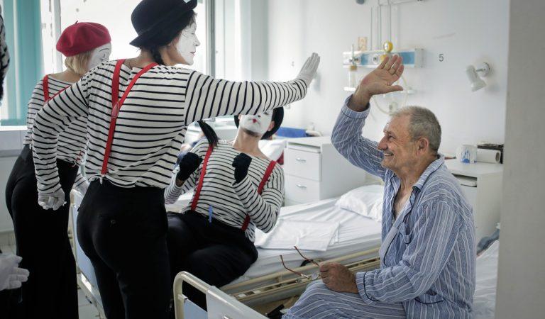 Cum reusesc acesti tineri sa le faca viata mai frumoasa pacientilor internati la un spital din Cluj