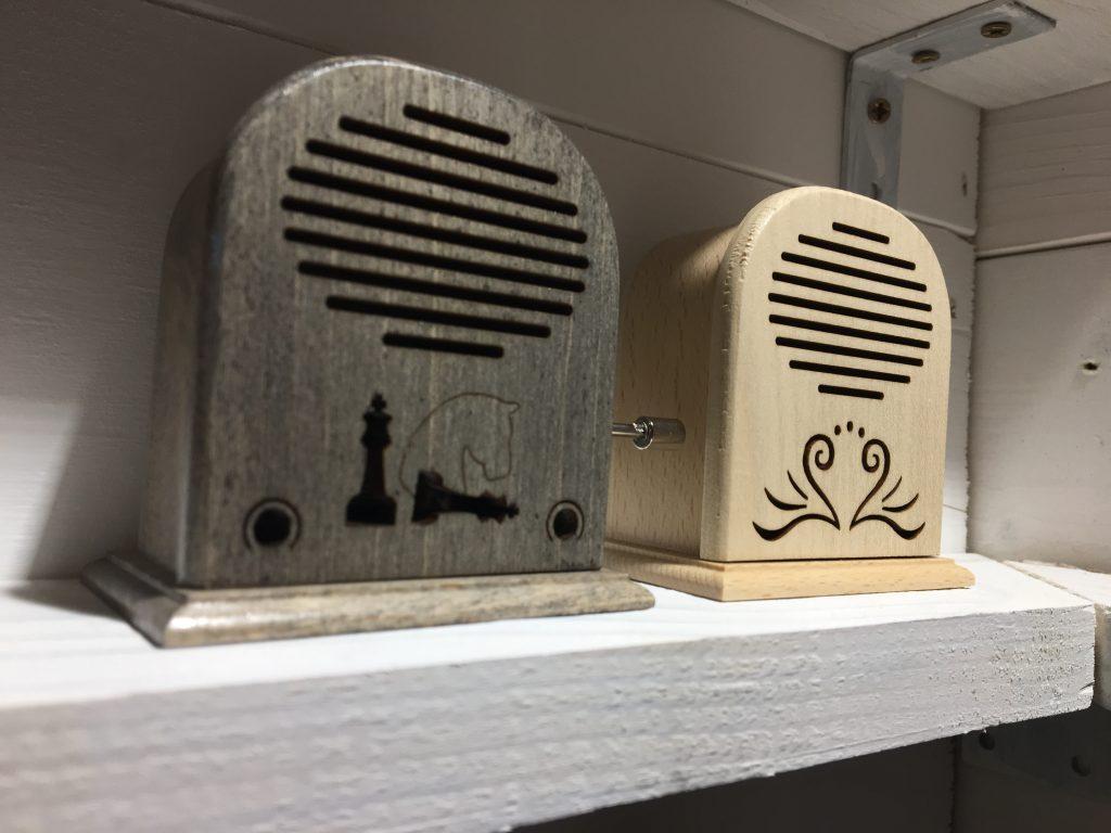 Cutiuțele sunt realizate manual și fiecare dintre ele vine cu o melodie.